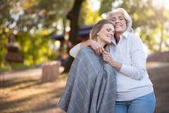 2 усладили женщин обнимая и усмехаясь в парке Стоковые Фото