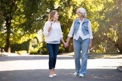 2 усладили милые женщин идя в парке Стоковые Изображения RF