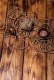 Утвари веревочки и меди на старых деревянных, который сгорели таблице или доске для Стоковые Изображения