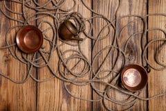 Утвари веревочки и меди на старых деревянных, который сгорели таблице или доске для Стоковое фото RF