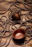 Утвари веревочки и меди на старых деревянных, который сгорели таблице или доске для Стоковая Фотография