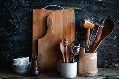 Утвари и посуда кухни на деревянной полке стоковая фотография rf