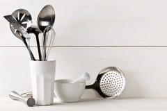 Утвари кухни варя в белой чашке с пестиком и минометом дальше Стоковое Изображение RF