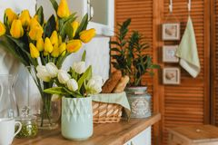 Утвари кухни, концепция домашней кухни украшенной с цветками, вида спереди оформления стоковое изображение