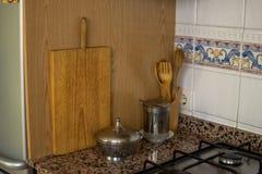 Утвари пекарни Инструменты кухни для печь Белая стена предпосылки стоковое изображение