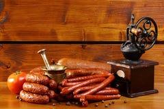 Утвари сосиски и кухни на деревянной предпосылке Стоковая Фотография RF