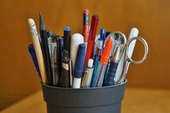 Утвари сочинительства в экономической обстановке с ручками шарика, highlighters и ручками Стоковое Изображение