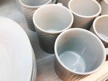 Утварь кухни, собрание белых блюд фарфора, чашки и плиты подготавливая для еды подачи горячей и холодной Стоковые Фотографии RF