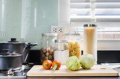 Утварь на счетчике в комнате кухни дома Стоковые Изображения