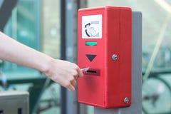 Утвердите билет на красной машине утверждения билета для und стоковые фотографии rf