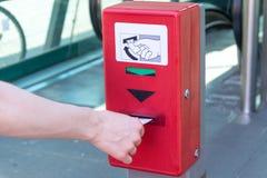 Утвердите билет на красной машине утверждения билета для und стоковое изображение