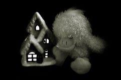 Утенок около дома стоковое изображение
