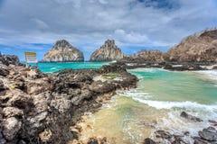 2 утеса брата, ландшафт огромного утеса около пляжа в Фернандо de Noronha Стоковые Фотографии RF
