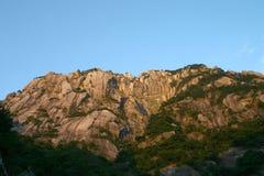 Утесистая гора и голубое небо стоковое изображение rf