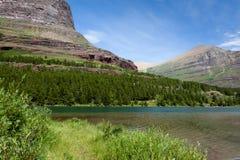 Утесистая гора озером Стоковые Фотографии RF
