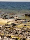 утесистая женщина берега Стоковое Изображение