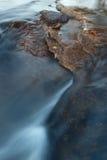 Утесистая предпосылка реки Стоковое фото RF