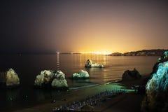 утесистое пляжа красивейшее Стоковая Фотография