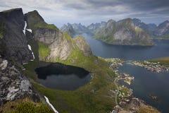 Утесистые горы норвежских фьордов - Lofoten Стоковая Фотография RF