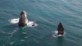 Утесистые прибрежные скалы видеоматериал