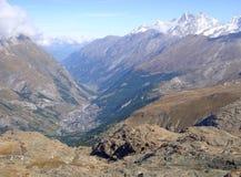 Утесистые швейцарские горы стоковая фотография