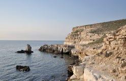 Утесистый берег на крымском побережье Стоковые Изображения