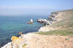 Утесистый берег на крымском побережье Стоковое фото RF