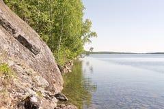 Утесистый берег озера стоковая фотография