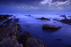 утесистый заход солнца seashore Стоковые Изображения RF