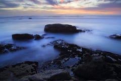 утесистый заход солнца seashore Стоковая Фотография RF