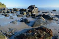 Утесистый мистический пляж Стоковое Изображение RF