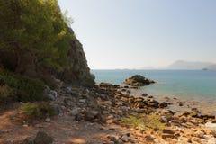 Утесистый пляж на Средиземном море. Стоковое фото RF