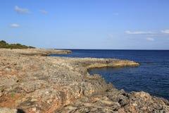 Утесистый пляж. Мальорка. Испания стоковые фото