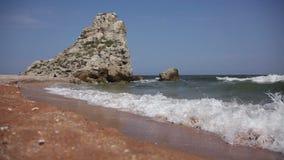 Утесистый пляж моря видеоматериал