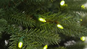 Утеска и собрание рождественской елки регулируя света видеоматериал