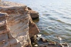 Утесы берега озера Стоковое Изображение