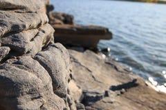 Утесы берега озера Стоковые Фотографии RF