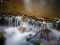 Утесы водопада мшистые Стоковое фото RF