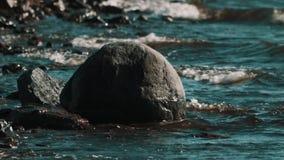 Утесы в воде на береге моря, развевают удары дальше сток-видео