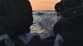 Утесы в волнах и пене моря сток-видео