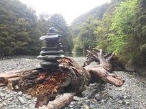 Утесы в дереве озером Стоковое Изображение