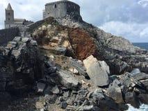 Утесы в итальянском море, замке Стоковое фото RF