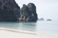 Утесы в море, Krabi, Таиланде Стоковое фото RF