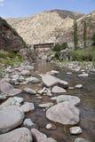 Утесы в реке около Potrerillos. Стоковые Изображения RF