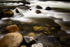 Утесы в реке Стоковая Фотография