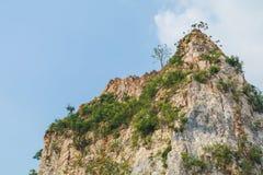 Утесы горы и голубое небо стоковое фото