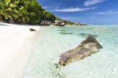 Утесы гранита и совершенный пляж, Ла Digue, Сейшельские островы Стоковые Фотографии RF
