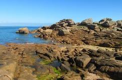 Утесы гранита на морском побережье Стоковая Фотография
