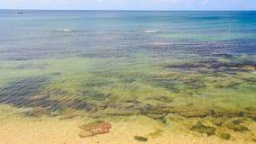 Утесы зашкурят под прозрачным мелководьем пляжем видеоматериал