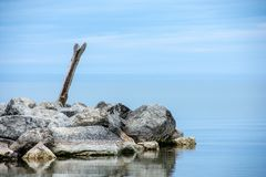Утесы и вода имени пользователя Driftwood стоковые фотографии rf